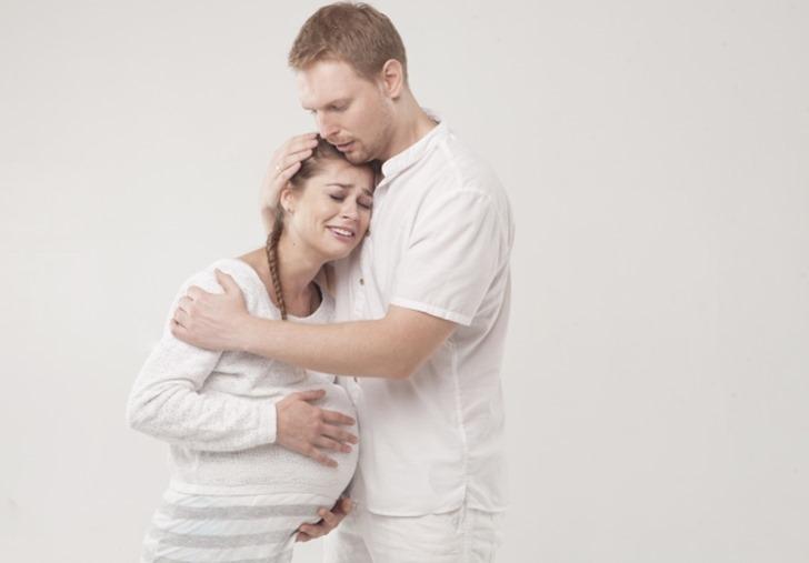 妊婦を抱きしめる旦那